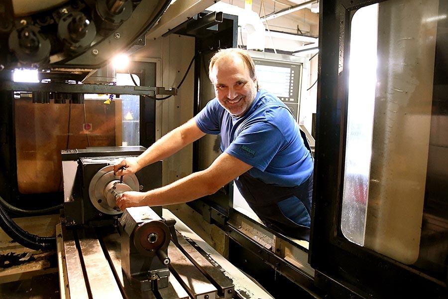 Herr Bauer an der CNC-Fräse in Grafing