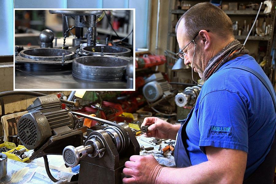 Herr Michalsky beim Läppen von Bauteilen